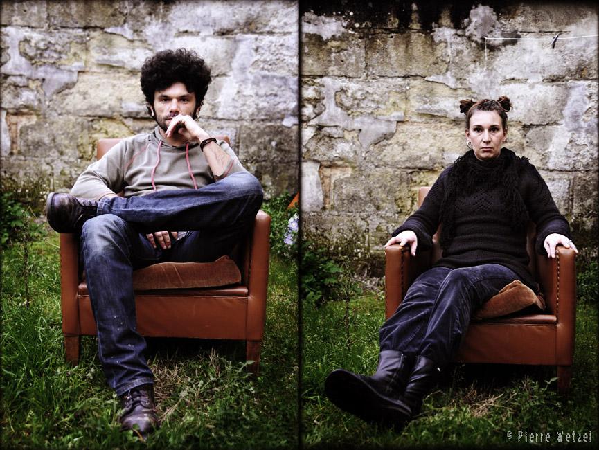 Romain et Estelle sont dans un fauteuil